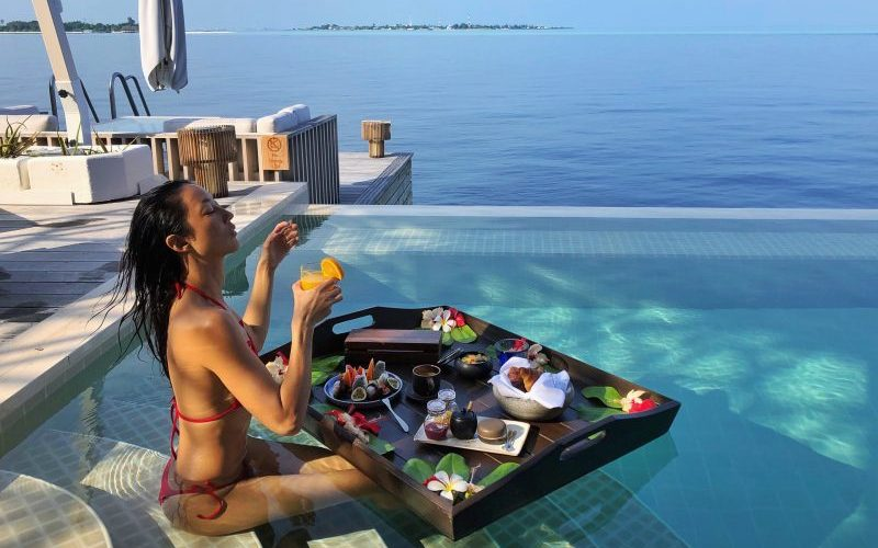 Kudadoo Maldives Private Island Breakfast in Pool - Destination Deluxe
